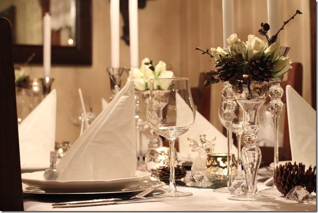 hvitt bord pyntet med sølv, kongler, diamanter og snø  IMG_0775