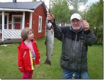 Linnea och farfar med lax