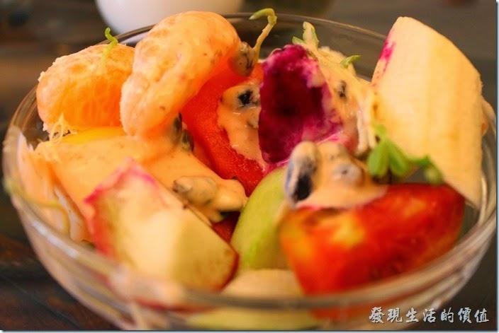 台南-伊莉的店和緯路分店。水果沙拉,內容非常豐富,兩片橘子、香蕉、芭樂、火龍果、西瓜、牛番茄、蘋果、鳳梨、奇異果、蓮霧,只要是當季的水果都給它放進來了,再加上去殼的葵瓜子及葡萄乾,最後在上面淋上千島醬。喜歡吃水果的朋友,對這盤沙拉真的是種享受,因為紅橙黃綠白子幾乎各種顏色都有了。