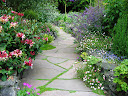 В настоящее время можно встретить садовые дорожки, сделанные из различных материалов и разных конфигураций.