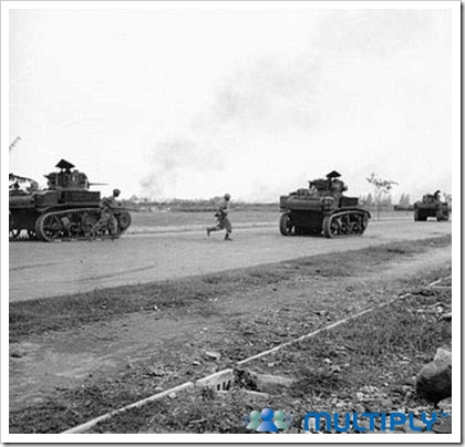 Infanteri-Inggris-dengan-Tank-Stuart-masuk-kota