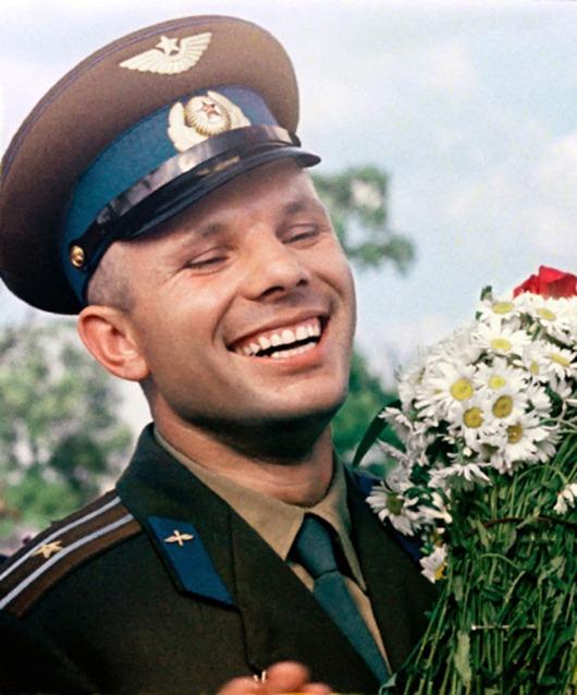 0009-011-Nachalom-pilotiruemoj-kosmonavtiki-stal-poljot-sovetskogo-kosmonavta