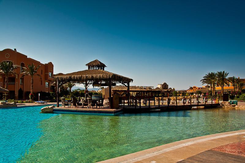 Отель Caribean World Resort Soma Bay. Хургада. Египет. Первый бассейн с приютившимся на нём рыбным рестораном.