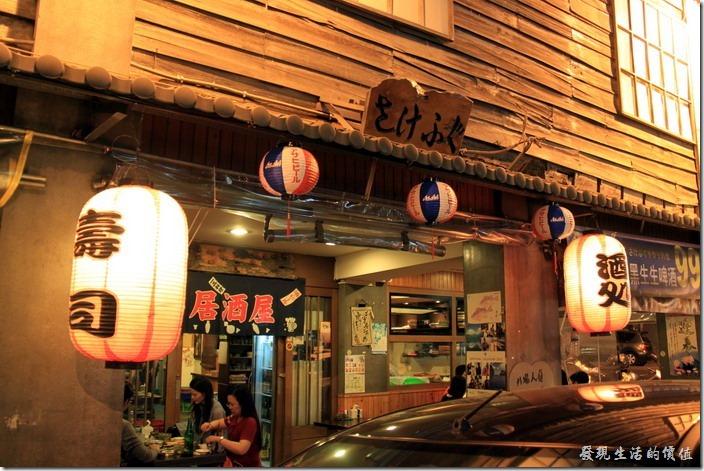 台南【酒河豚】居酒屋很有古早味的外觀。