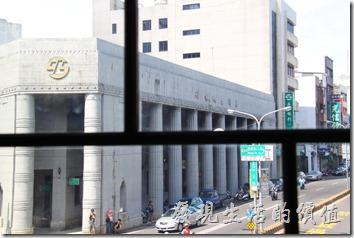 林百貨從一樓到五樓幾乎都是一樣的的格局,從這個角度看出去剛好也是古蹟的台灣銀行。