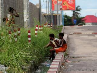 Des jeunes filles se baignaient sur un caniveau le long de l'avenue des huileries le 6/11/2011 à Kinshasa. Radio Okapi/ Ph. John Bompengo