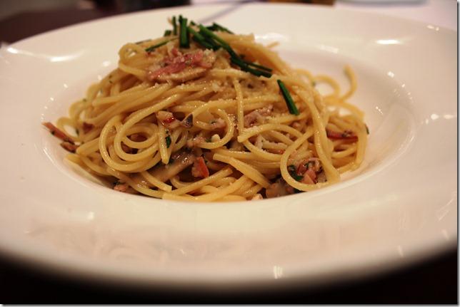 spaghetti aglio olio with barbecue ham