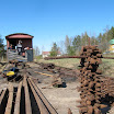 Vanhoista ratanauloista syntyi hieno torni. Se tosin ei pysynyt pitkään pystyssä junan lähdettyä liikkeelle.