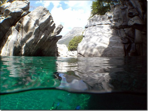 incredibly_clear_waters_of_the_verzasca_river_640_04