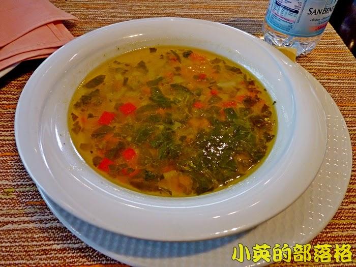 1004-2阿爾巴尼亞午餐的餐廳~湯.JPG