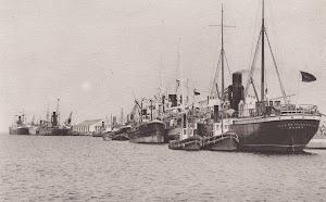 Puerto de Cádiz. Estupenda foto del ISLA DE MENORCA con el casco pintado de negro. Foto Colección de Laureano García. Pagina web TRASMESHIPS.jpg