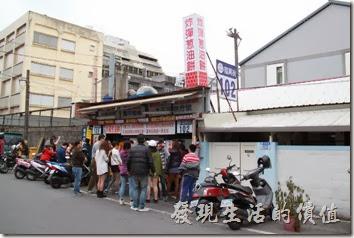 花蓮-炸彈蔥油餅。當天的情形是黃車(正老牌)的前面排了比較多的人潮。