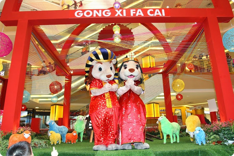 Meet and greet Sunway Pyramid's playful mascots Leo and Leona as they make their rounds distributing prosperity goodies.
