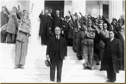 Θαυμάστε! Ο δικτατορίσκος Ι. Μεταξάς ασκεπής σε στάση προσοχής στις σκάλες της Παλαιάς Βουλής. Πίσω του ομοϊδεάτες χαιρετούν φασιστικά.