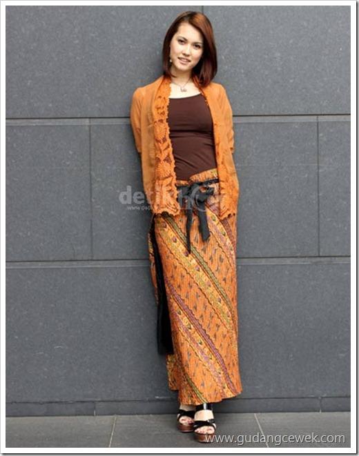Foto Maria Osawa Saat Memkai Kebaya Batik || gudangcewek.com