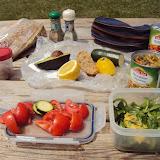 Πικ-νικ μετά με τρόφιμα από σούπερ Μάρκετ. Λαχανικά, Αβοκάντο, Πολύσπορο ψωμί, μερικά αμύγδαλα, κονσέρβα με ποικιλία λαχανικών, λεμόνι και μπαχαρικά! Νόστιμο, Υγιεινό και Οικονομικό γεύμα με θέα τα πανέμορφα βουνά!