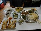 Momos fris, set népalais et fried rice. A table!