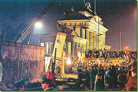 the-most-memorable-photos-of-the-fall-of-berlin-the-wall-2