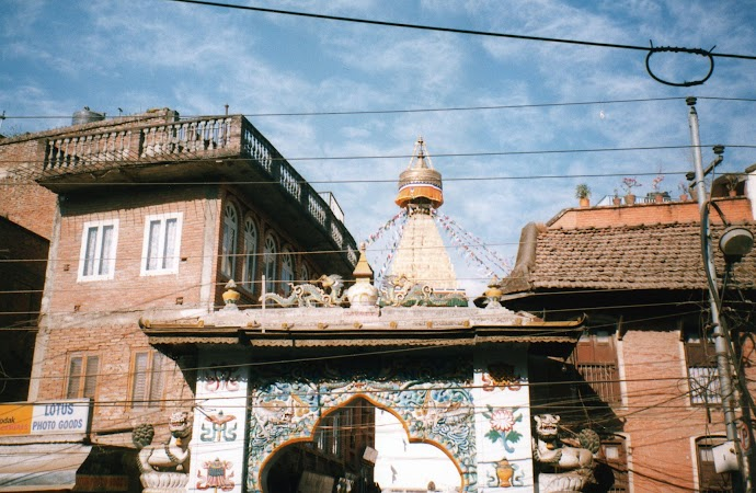 Obiective turistice Nepal: intrare Bouddha.jpg