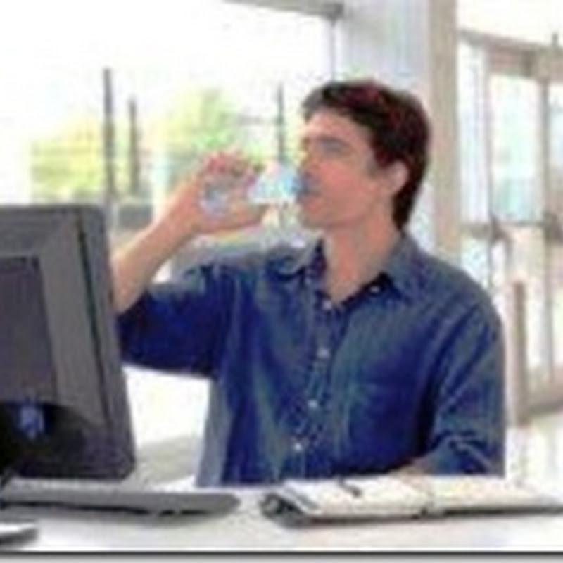 لا تنسى. اشرب الماء وأنت أمام الكمبيوتر