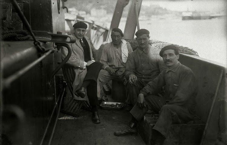 Parte de la tripulación del ERNIO. Seguramente alguno de los personajes de la foto fallecio en el naufragio. Foto Gure Guipuzcoa. Fondo Car. Ricardo Martin. Ca. 1920.jpg