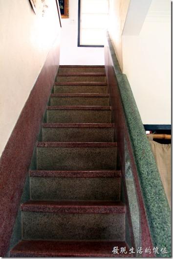台南-鹿角枝老房子咖啡。咖啡店主人保留了原來連接一、二樓的磨石子樓梯,由於樓梯為橫向直通一二樓,所以非常的陡。