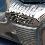 Souci du détail, une Ford vintage est garée devant l'hotel.