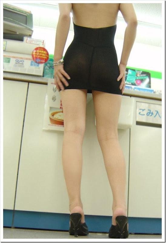 Garota com um mini vestido no supermercado (7)