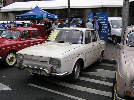 The Renault 10 had 4 wheel