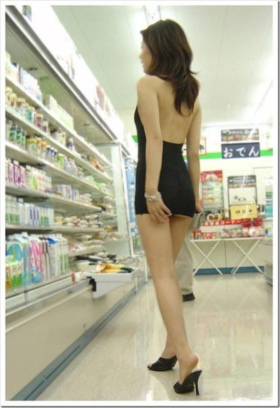 Garota com um mini vestido no supermercado (8)