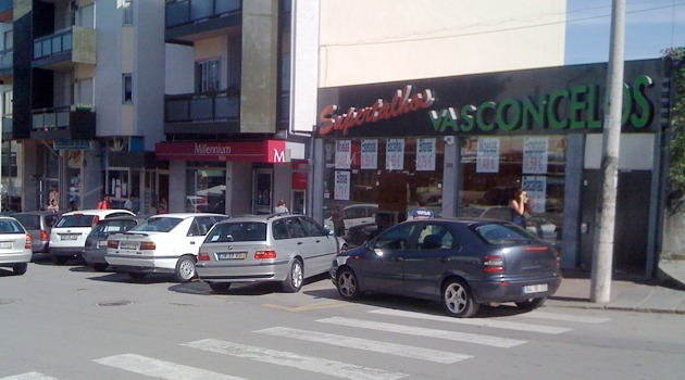 Rua D. Pedro V, em Braga - estacionamento ilegal