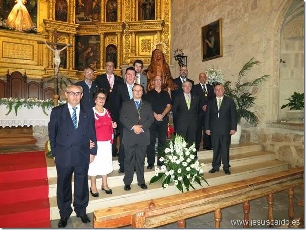 Componentes de la Cofradía con nuestro Consiliario, arropando a la Virgen de la Esperaza