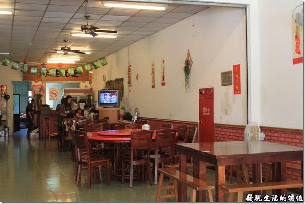 寶來-山之戀風味餐廳。店家的內部景緻。