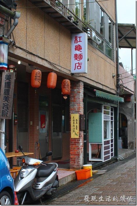 平溪線一日遊-平溪。聽說這家「紅龜麵店」很有名,但我不太愛吃甜食,所以只是路過。