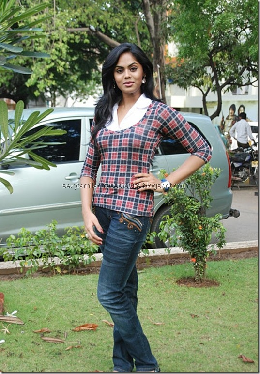 actress_karthika_nair_tight_jeans_&_tops_05