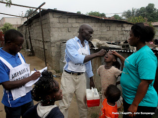 Une famille reçoit la quatrième dose de vaccin anti polio ce 25 juin 2011 à Kinshasa, lors de  la 3e phase de la campagne de vaccination contre la poliomyélite en RDC. Radio Okapi / Ph John Bompengo