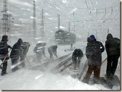 新华社照片,北京,2007年3月5日<br />    铁道部:暴风雪导致150趟旅客列车晚点<br />    3月4日,沈阳站职工在清扫铁路上的积雪。<br />    3月3日夜间以来,我国东北、西北、华北地区出现罕见暴风雪,铁路部门立即启动了恶劣天气下应急预案。在铁路部门的昼夜奋战和有力组织下,遭遇罕见暴风雪袭击的多条铁路干线目前保持安全畅通。暴风雪导致晚点的150趟旅客列车,将在48小时内恢复正常运输。<br />    新华社发(吴光智 摄)