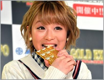 Nana Suzuki morde barra de chocolate feita de ouro puro durante exposição em Tóquio, no Japão