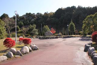 右岸には石碑などがある