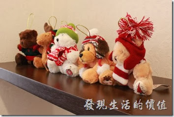 台南-沛里歐咖啡館。二樓書架上有些可愛的布偶。
