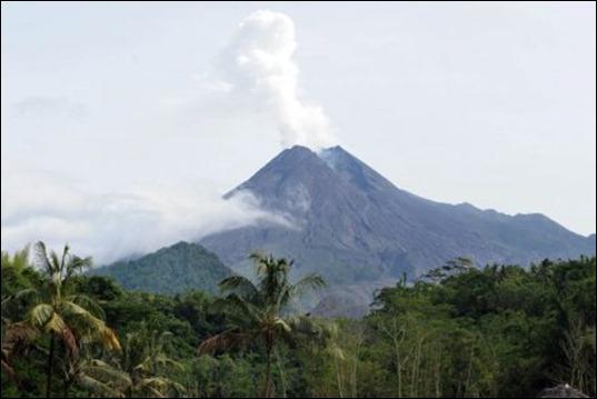 236738-volcan-indonesien-merapi-attire-milliers