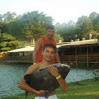 Zezinho segurando seu Tamba lo lago do Pesqueiro Tio Oscar