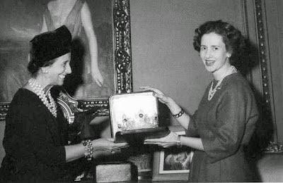 Fabiola recibiendo la tiara de manos de la esposa de Franco