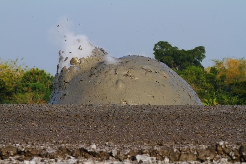البراكين الطينية ظاهرة غريبة تجذب الاف السياح اليها bleduk-kuwu-8%5B5%