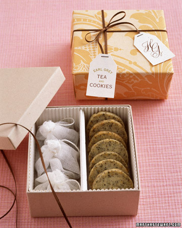 This cookie box has a handy divider to help keep different flavors of cookies or other items such as tea separate from one another.