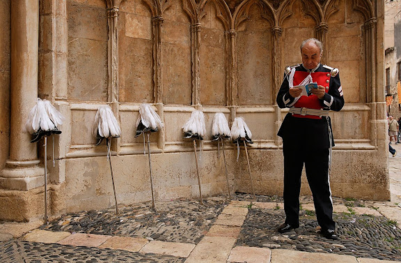 Guardia urbano amb vestit de gala i els cascs recolzats a la paret amb les espases, Festes de Santa Tecla, Ofici, matí del dia 23, Tarragona, Tarragonès, Tarragona