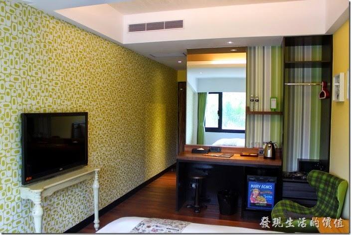 墾丁-冒煙的喬雅客商旅。客房內有台42吋的LED電視機,一個小書桌間化妝台,書桌潛得牆壁上有插座以及HDMI的輸入孔,可以讓房客欣賞自己的影片,感覺還蠻舒適的。