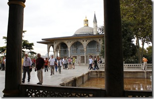 Ce pavillon est entourée de 22 piliers.