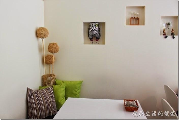 台南-看見咖啡(Vedere)早午餐。這是另外ㄧ隻貓頭鷹,在餐廳內的另一頭牆壁上。
