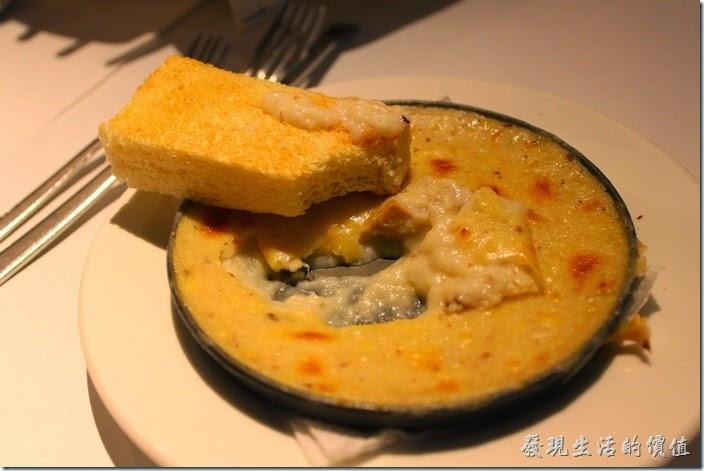 台南-西堤(Tasty)民族店。前菜-焗烤蘑菇+方塊麵包。方塊麵包其實就是厚片土司有點淡淡地蒜味,塗上居烤蘑菇一起食用有點土司沾濃湯的感覺。
